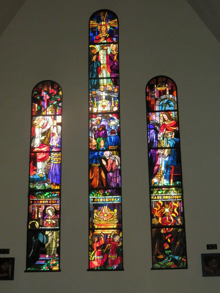 Les vitraux de la nef, côté droit.