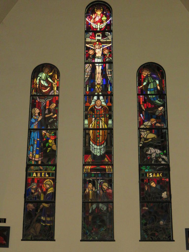 Les vitraux de la nef, côté gauche.